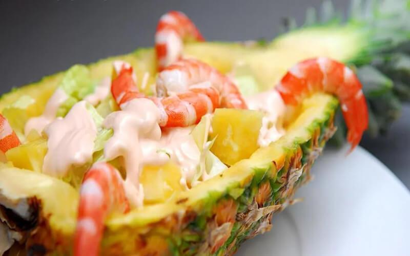 Cocktail d'ananas aux crevettes à la sauce rose