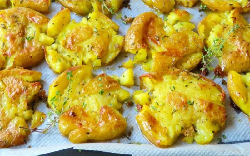 Les pommes de terre écrasées à l'ail et au thym